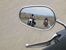 Motorradfahrer Im Rückspiegel