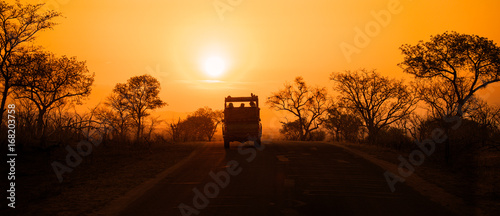 Poster de jardin Afrique du Sud Safari vehicle at sunset