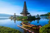 Pura Ulun Danu Bratan, świątynia hinduska z łodzi na jeziorze Bratan krajobraz o wschodzie słońca na Bali, Indonezja.