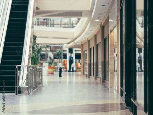 Fotografía interior of modern shopping mall building. Shallow DOF