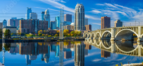 Fotobehang Stad gebouw minneapolis skyline, 3rd avenue bridge, autumn