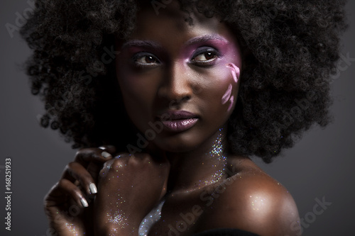 Photo Afro and Flower beauty  with big black hair smooth dark skin