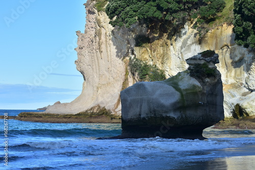 In de dag Cathedral Cove Rock formations set off in light and shadow