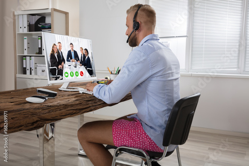 Foto Businessman Attending Video Conference On Computer