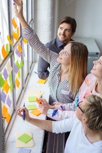 junge leute in einem seminar schreiben zettel mit neuen ideen Wall mural