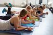 gruppe unterhält sich im fitness-studio