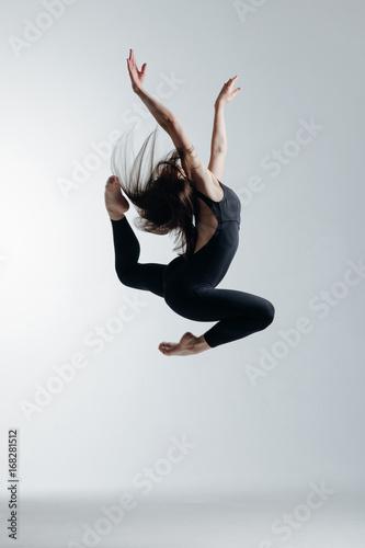 mloda-tancerka-skaczaca-w-studio-na-bialym-tle
