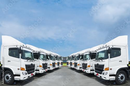 Zdjęcie XXL Nowa flota samochodów ciężarowych zaparkuje w stoczni.