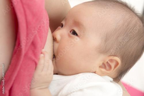 母乳を飲む赤ちゃん Wallpaper Mural