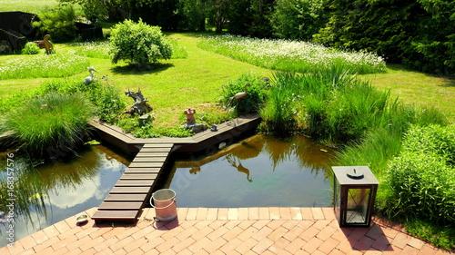 natürlicher Garten und schöner Teich an Terrasse angrenzend – kaufen ...