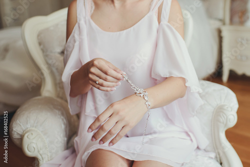 Невеста надевает дорогой браслет с драгоценными камнями на руку Canvas Print