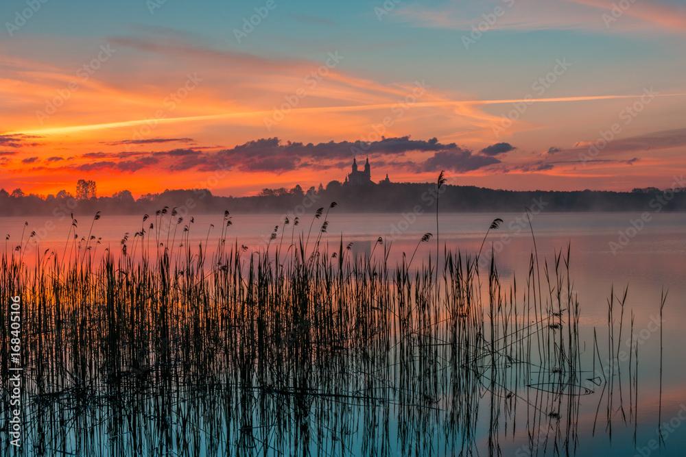 Fototapeta Wschód słońca nad jeziorem Wigry, Suwalszczyzna - obraz na płótnie