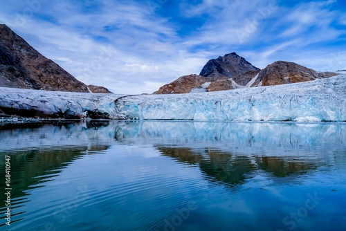 Foto op Plexiglas Arctica Glacier and mountains reflected in perfectly still water in Greenland