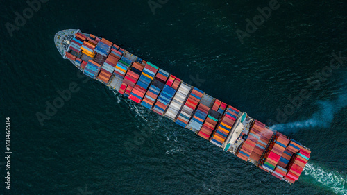 Obraz na płótnie Widok z lotu ptaka z drone, kontenerowiec w imporcie eksportu i logistyki biznesowej.