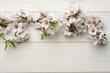 Flor del almendro sobre madera blanca