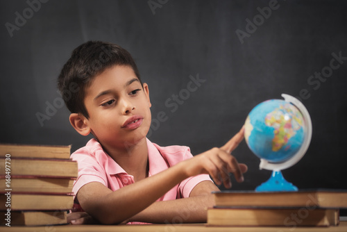 Fotografie, Obraz  Boy looking globe of earth