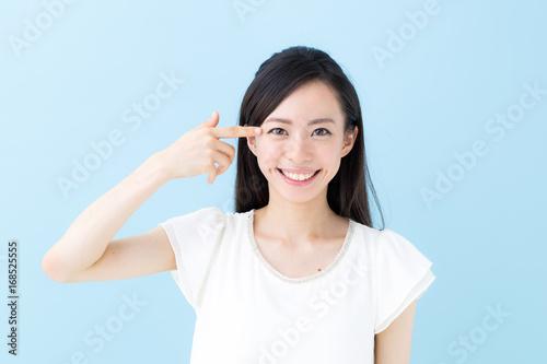 Obraz 目元・女性・ブルーバック - fototapety do salonu