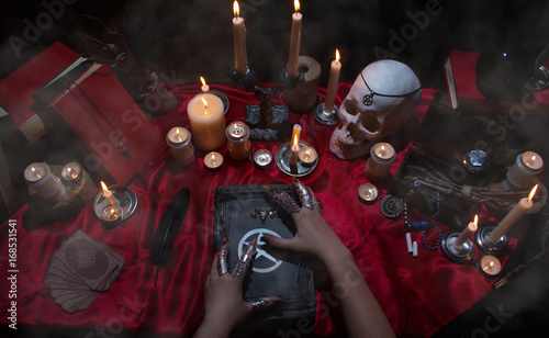 Fotografía Witchcraft composition with witch's hands, satanic magic books, skull, candles, tarot cards, crystal and amulets