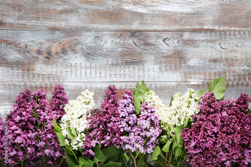 Photo sur Toile Lilac Branch of lilac flowers on wooden table