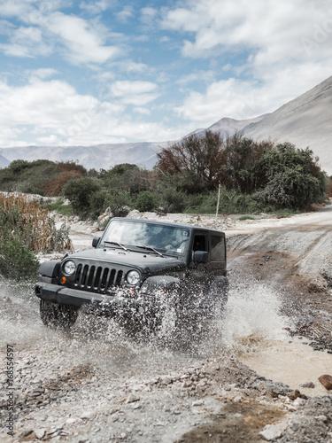 vehículo todoterreno cruzando un arroyo en el desierto de Atacama Canvas-taulu