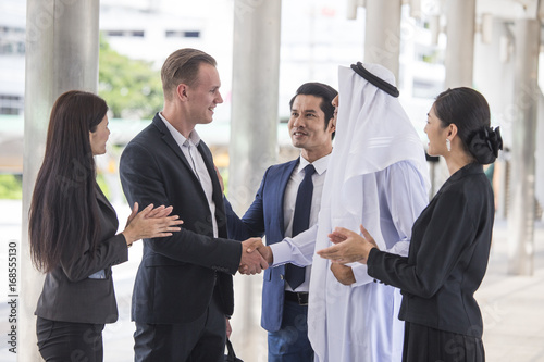 Photo Business people and Arab people have a meeting together