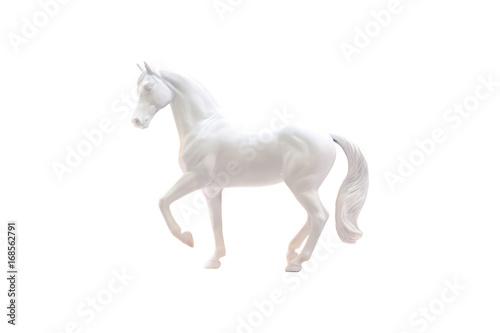 Statuetka białego konia na białym tle.