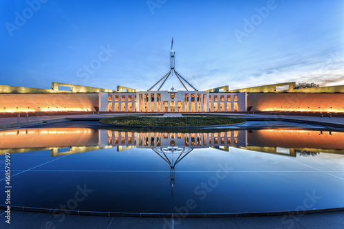 Fotografia  Dramatic evening sky over Parliament House, illuminated at twilight