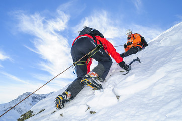 Konopac u strmom snijegom prekrivenom terenu