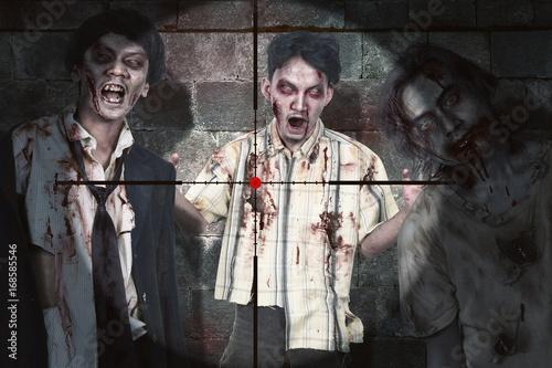 Plakat Azjatycki zombie człowiek z krwi stojący w snajperskim zakresie gotowy do zabicia