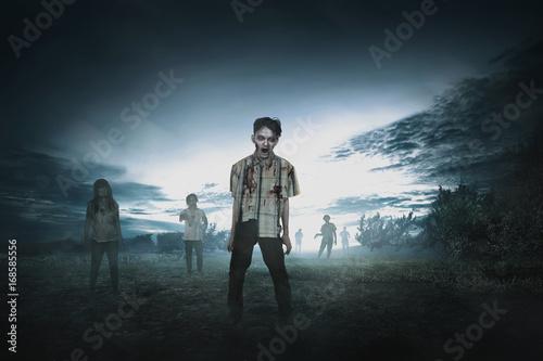 Plakat Tłum agresywnych azjatyckich zombie chodzą
