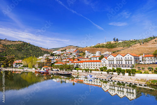 Foto op Plexiglas Donkerblauw Pinhao town with Douro river and vineyards in Douro valley, Portugal