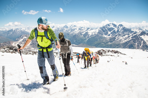 Photo A group of mountaineers climbs to the top of a snow-capped mountain