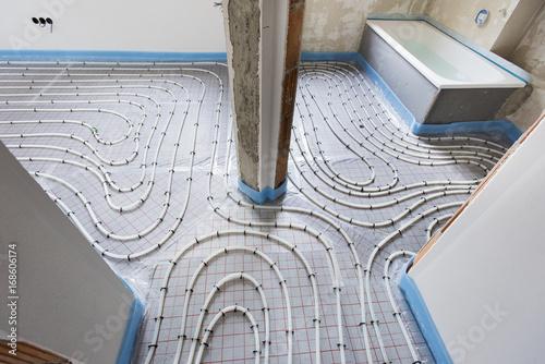 Fotografia  Hausbau mit Innenausbau der Fußbodenheizung und Sanitär