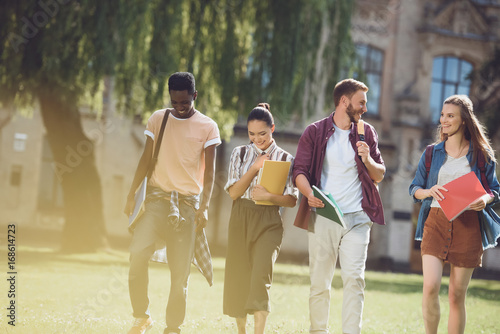 Photo  multicultural students walking in park