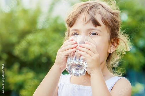Tableau sur Toile Child drinks water.