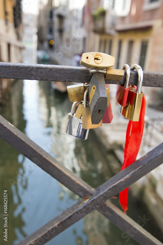 Photo Love locks affixed to a fence at a bridge near to Canale Grande, Venice