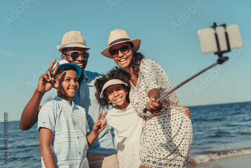 family taking selfie on beach Fototapet