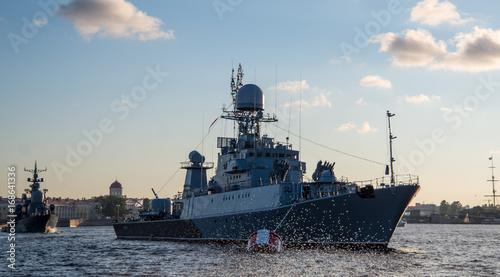 Plakat granatowy statek na wodzie