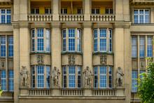 Mythologische Figuren Am Verwaltungsgebäude Der Ehemaligen Konsumgenossenschaft Berlin-Lichtenberg
