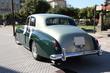 coche clásico con adornos de boda en las puertas