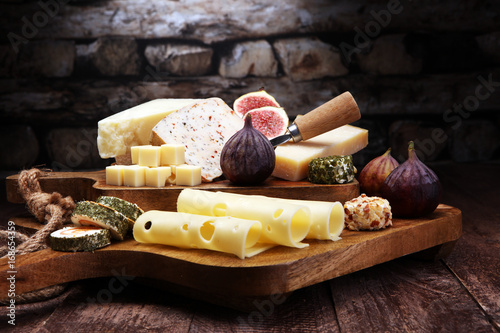 Photo  Cheese plate served with figs, various cheese on a platter