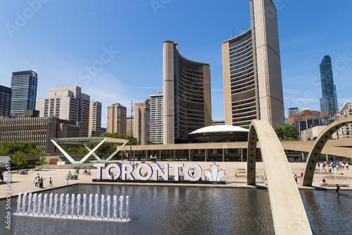 Zdjęcie XXL Toronto ratusz Nathan Phillips Square w słoneczny letni dzień