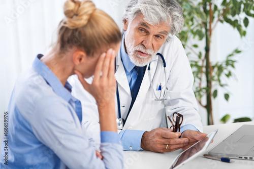 Stampa su Tela Arzt erklärt mit Tablet