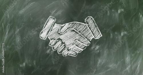 Foto  Poignée de main dessin à la craie tableau scolaire