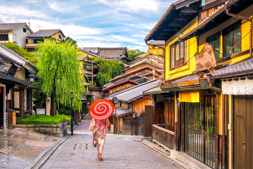 Poster de jardin Kyoto Japanese girl in Yukata with red umbrella in old town Kyoto