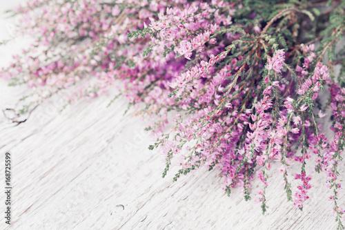 heap-ro-owy-kwiat-wrzosu-calluna-vulgaris-erica-ling-na-bia-ym-rustykalnym-stole-kartke-z-zyczeniami-dla-matki-lub-kobiety-dzien