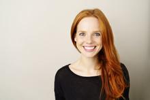 Schöne Frau Mit Sommersprossen Und Roten Haaren