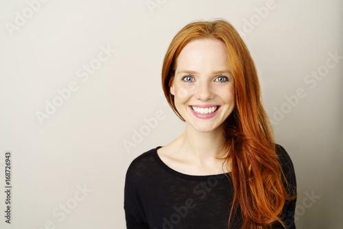 Fototapeta schöne frau mit sommersprossen und roten haaren obraz
