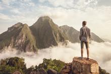 Mann Blickt Auf Bergpanorama über Den Wolken