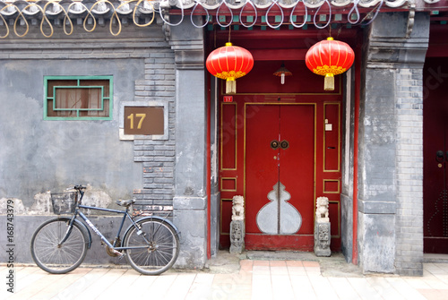 Poster Pekin Traditional chinese building with red doors and lamps